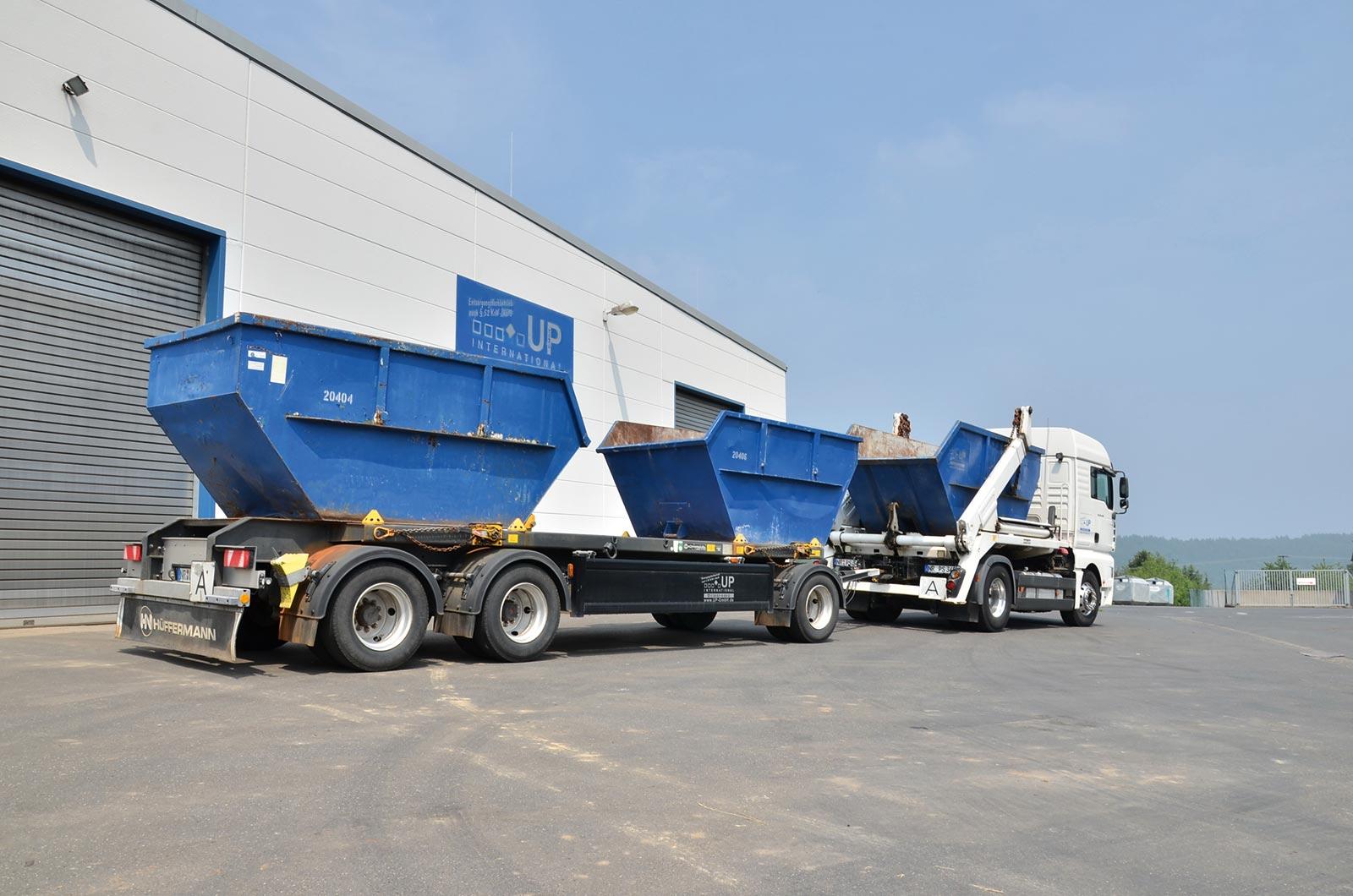 UP International GmbH - LKW mit Containern vor dem Unternehmen